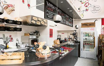 新たにオープンした青山店にはイートインスペースを併設。ディナー前に軽く1杯を楽しむ「アペロ」を提案。