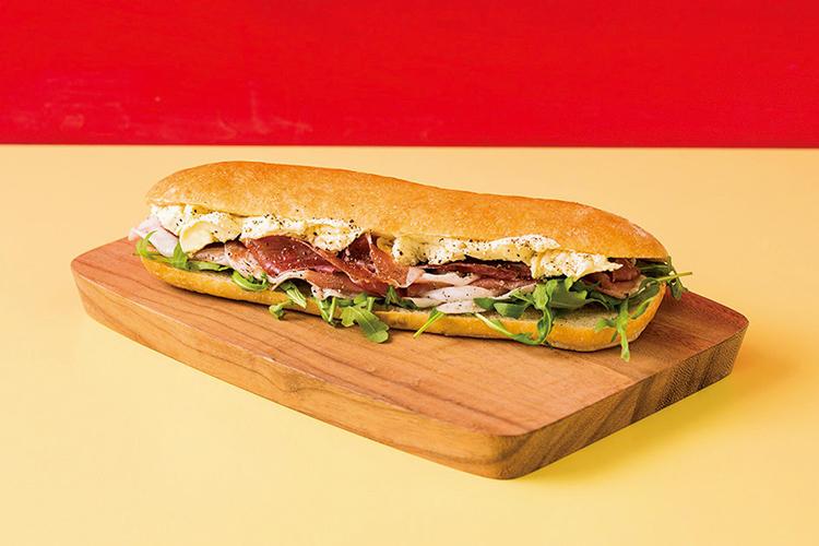 ゴルゴンゾーラチーズとルッコラを贅沢に使った「ゴルチェ」は青山店限定。フル1080円、ハーフ720円