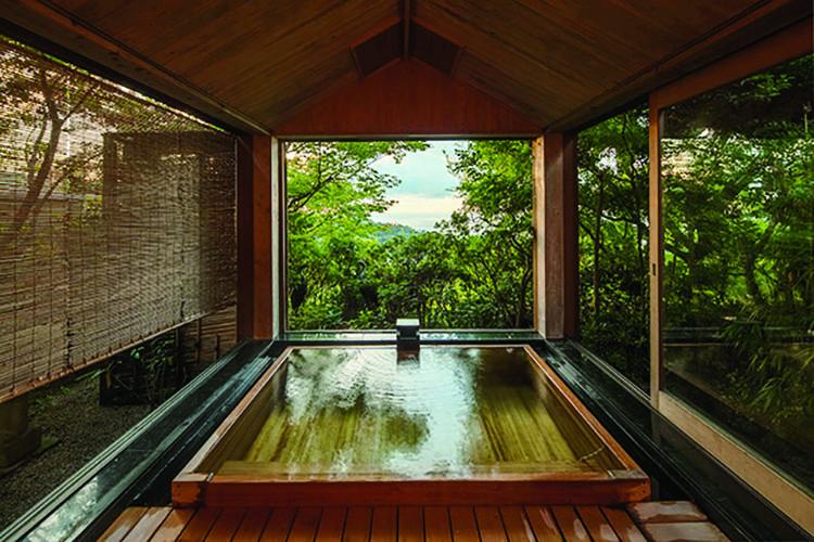 下階には源泉掛け流しの天然温泉アリ。上階の個室3室も各々風呂付き。セキュリティシステムを導入し、安全を確保している。