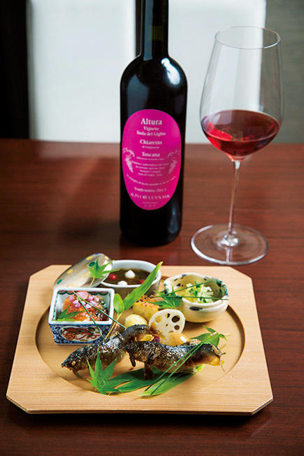夜のコースは1万3000円(9~10品)。ワインのペアリングコースもある。写真は、凛とした佇まいの八寸&トスカーナの自然派ロゼワイン「アルトゥア キァレット」。