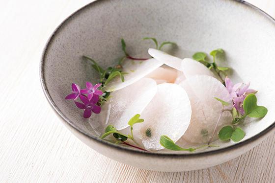 日本・フランス・北欧に共通する調理法の酢漬け、燻製、塩漬けを軸に、12〜15皿で構成。