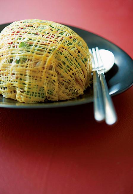 蜘蛛の巣に見立てた卵のドームがユニークなサラダ「��エッグネット?ビーンスプラウトサラダ」2300円