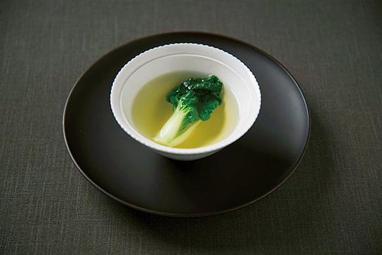 コース料理の一例。「雉の極上スープ 広東白菜添え」。<br />来店回数によってコースの内容を調整してもらえるのがうれしい。