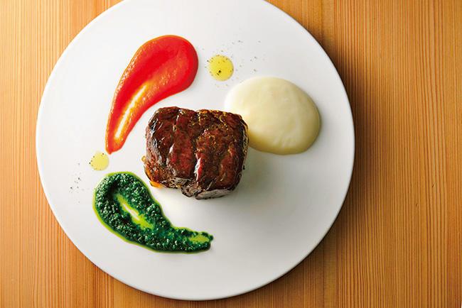 北海道帯広の郷土料理「豚丼」から想を得て甘辛く味付けされた「ジュエルミート」(2500円)はインスタ映えしそうな一皿。