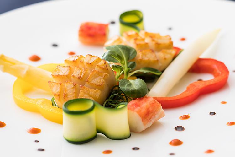 会津産ホワイトアスパラガスとたらば蟹・帆立貝柱のポワ  レ トマトとオレンジのクーリ