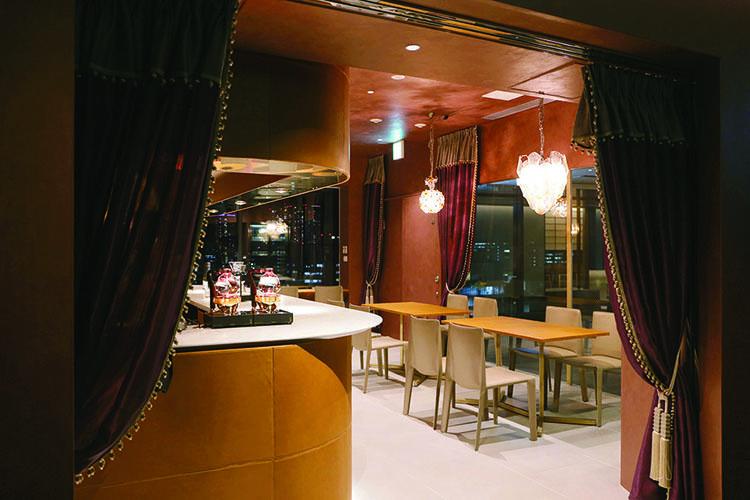 「グラン クリュ カフェ ギンザ」は、オープンして間もない銀座最大級の商業施設「GINZA SIX」の最上階(13F)に位置。シャンデリアが映える店内は、洗練されたラウンジのような雰囲気。