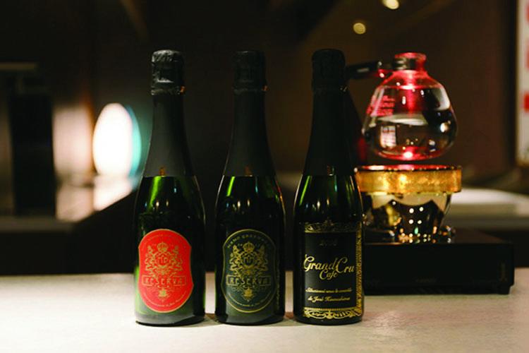 コーヒー豆はシャンパンボトルに入れて販売。世界初の新品種「MAMO」もラインナップ。