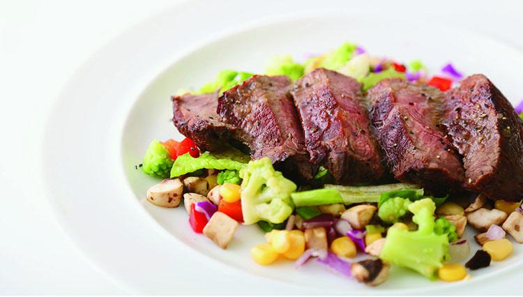 ディナーで提供される「豪州産 牛もも肉のポアレ」1500円