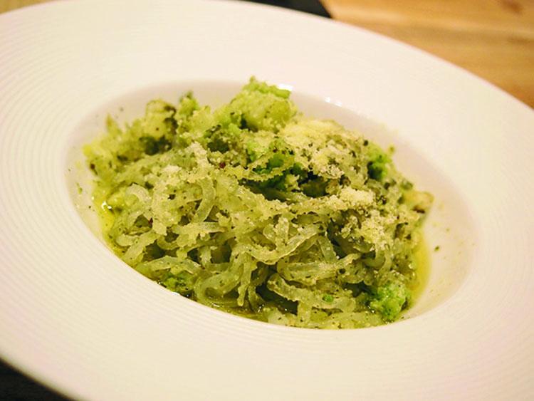 イタリアで大ブレイクしているZENPASTAを使ったペペロンチーノ。原料はしらたきゆえ低カロリー。整腸作用も期待できる。1200円