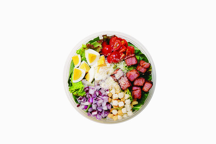 定番サラダのひとつ「5ケールシーザー」。ロメインレタス、ケール、紫タマネギ、トマトなどに加えて厚切りのベーコンや玉子などが入り、食べ応え満点。1190円