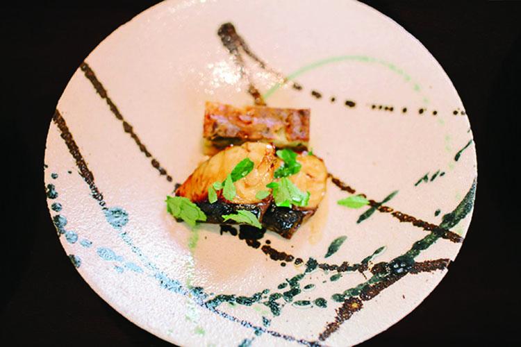 岡本作礼氏をはじめとする名工による大鉢、大皿などに中塚氏が絵付けをし、料理が盛り付けられる。