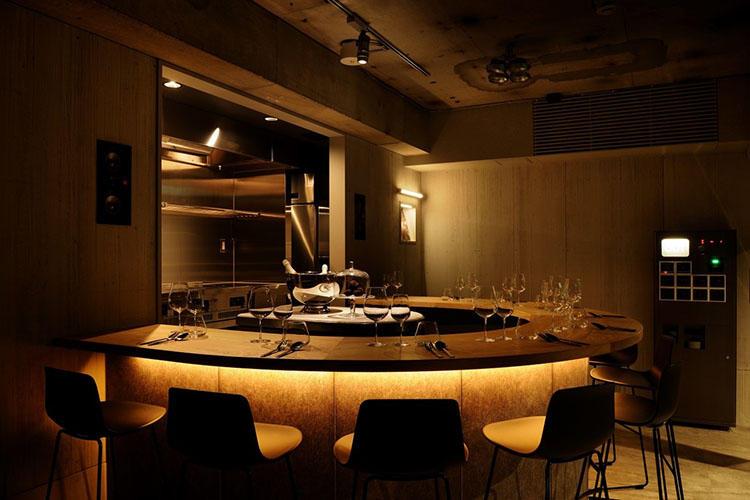 デザインしたのは「マンダリン オリエンタル 東京」などを手掛けた小坂 竜氏。コンクリートがむき出しになっていたり、照明が暗かったりして、どこかライブハウスを想わせる。