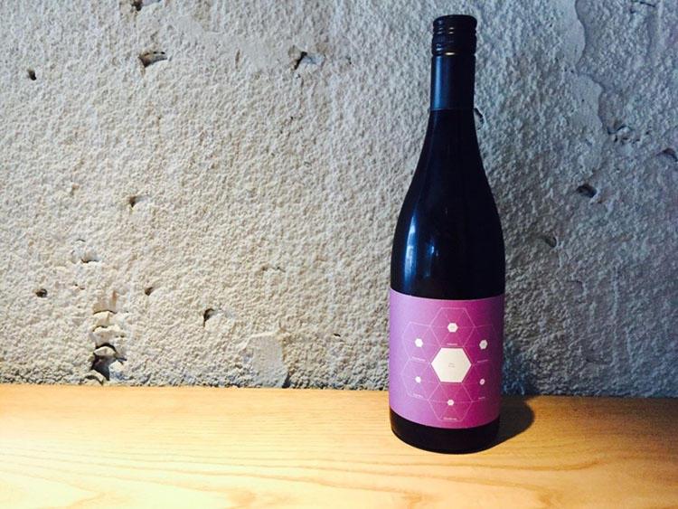 知る人ぞ知るオーストラリア産の赤ワインと出合えるのもこの「OUT」の魅力。筆者が訪れた日の『One wine』はビクトリア州産の「ビトウィーン ファイブ ベルズ 2014」。