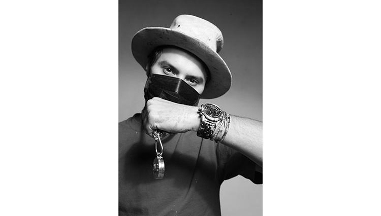 帽子とバンダナで顔を隠し、ストリートからアートを発信するのがアレック氏のスタイルだ。