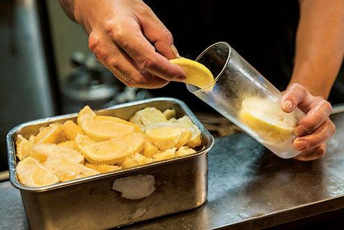 7〜8等分して凍らせたレモンを氷代わりに。グラスに1個分を入れる。飲むほどにレモン感が増すのもうれしい。