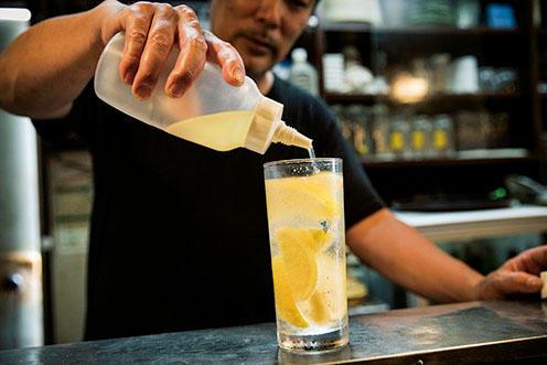 ちょっと甘味を加えるのがコツ。蜂蜜、ガムシロをお湯で伸ばし、レモン果汁を加えたものをひとまわしする。