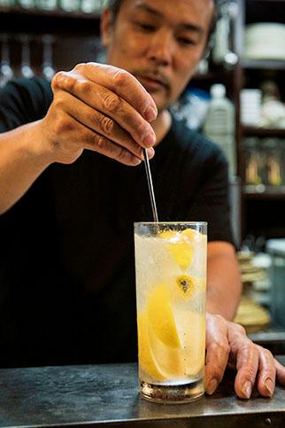 最後に軽くステアしてなじませればOKだ。2杯目以降も凍結レモンがどんどん溶けて美味しくなっていく。