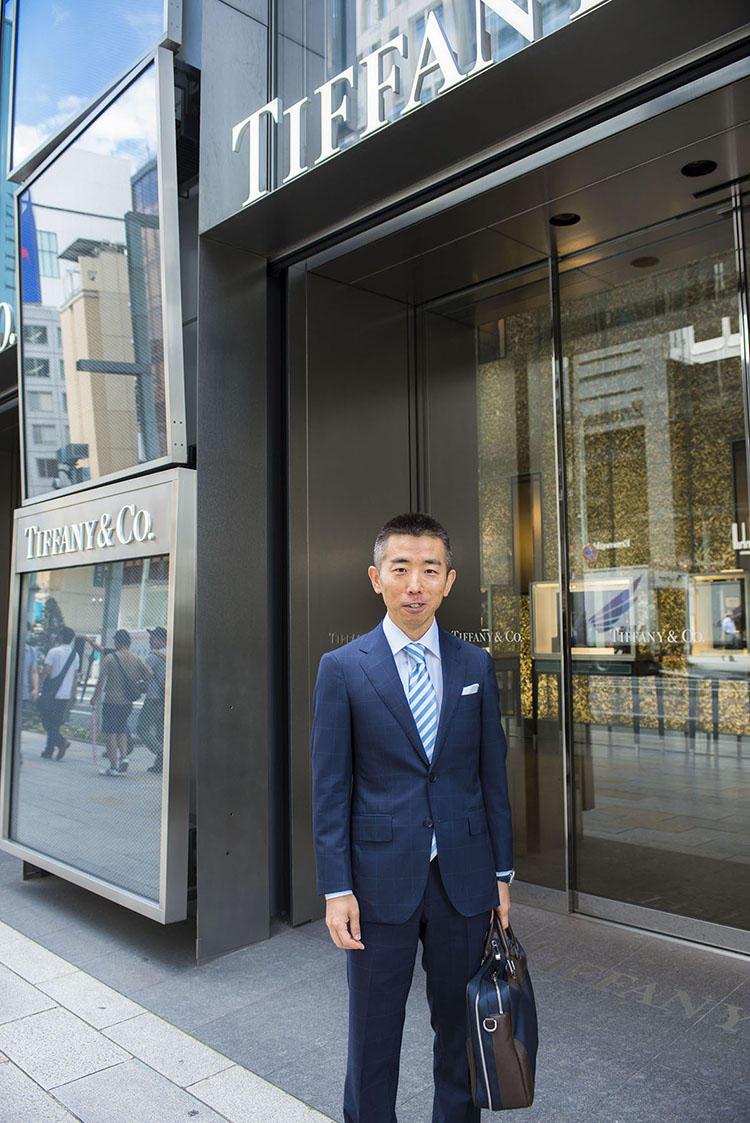 ティファニー銀座本店前で待ち合わせ。仕事の出勤前で、スーツスタイルも決まっている。