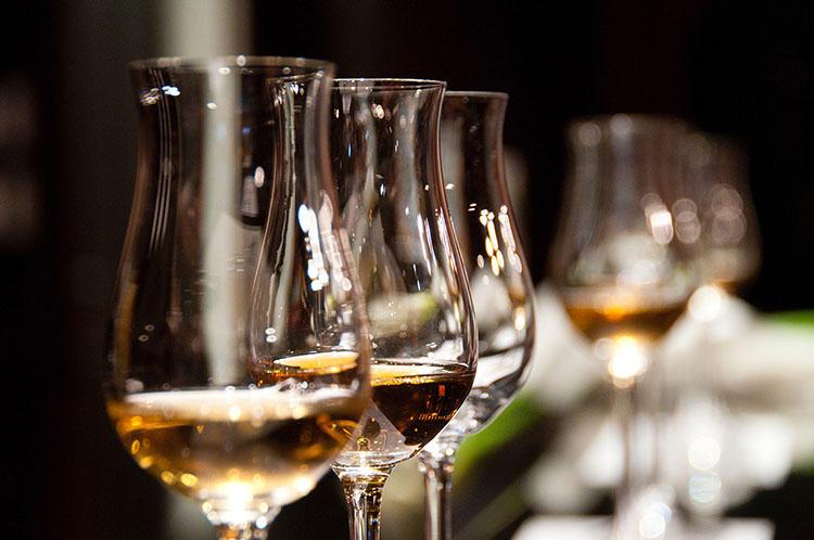 スコッチウイスキーまたはソフトドリンクが無料でふるまわれる。ウイスキーは2種の銘柄から選択可能だ。