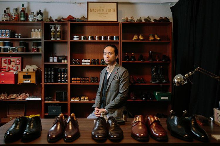 <b>Mason & Smith/Chung Chi Shun氏</b><br>2013年、シンガポール初の靴磨きと靴修理専門店として設立された「Mason&Smith」から来日するシューシャイナー、Chung Chi Shun氏。