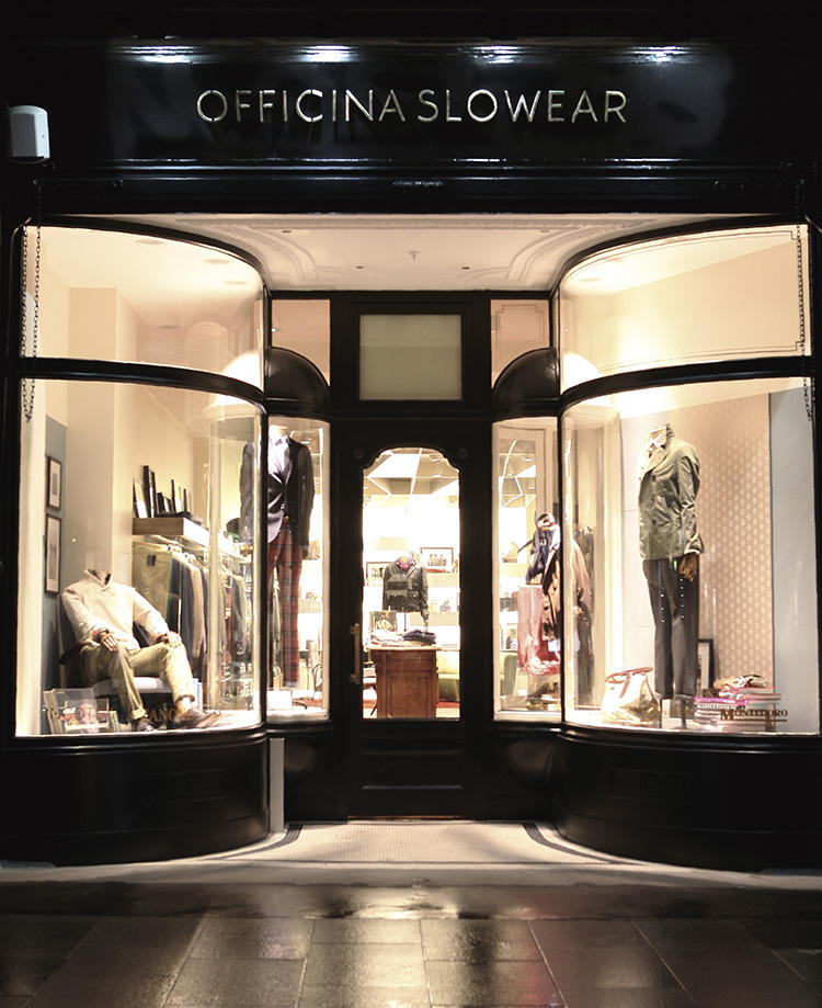 「MOLTON」の名は、SLOWEAR社のロンドン一号店がサウス・モールトン・ストリートに出来たことに由来。