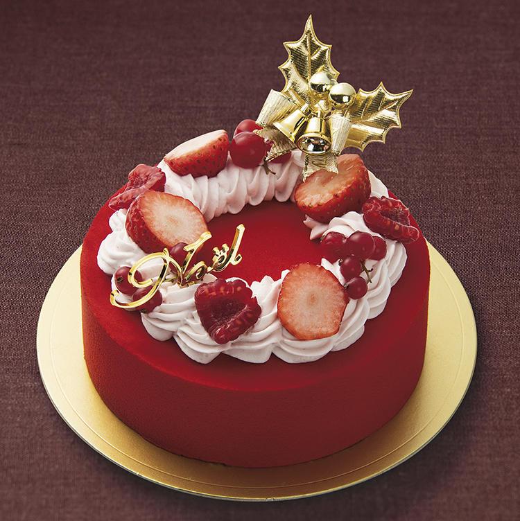 <b>クリスマスらしい華やかさが目を惹く!<br />オリジンヌ・カカオの「クロンヌ・ルージュ」</b><br />フランボワーズなどのフルーツのコンポートとクリームを、いちご風味の上質なホワイトチョコレートで包み込んだオリジンヌ・カカオのこだわりの一品。赤い生クリームとフルーツでデコレーションした、クリスマスらしい華やかな仕上がり。<br />直径約15cm/5184円(税込)<br />販売期間:12月19日〜25日