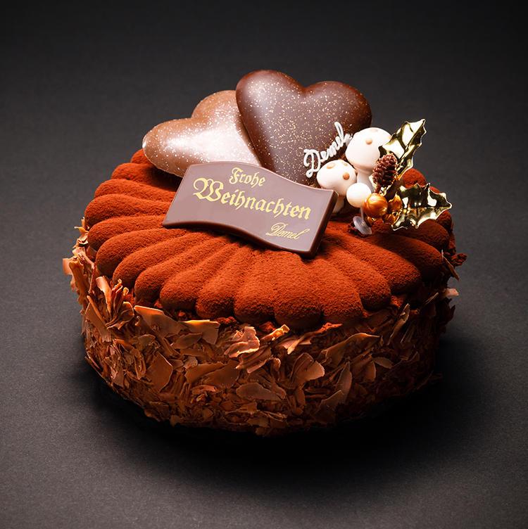 <b>コクのある味わい深いチョコレートといえば……<br />デメルの「トリュッフルトルテ」</b><br />風味豊かなガナッシュクリームをチョコレートスポンジでサンドした土台をハート型チョコプレートなどで飾って。見るからに味わい濃厚そうで大人の雰囲気のデメルを代表するトルテ。<br />直径約15cm/4968円(税込)<br />販売期間:12月22日〜25日