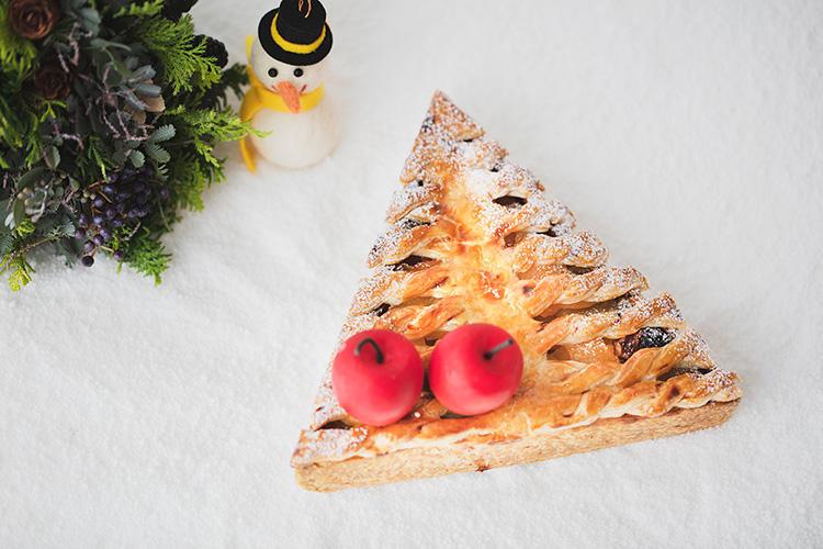 <b>アンダーズ 東京/「アップルツリーパイ」</b></br>クリスマスツリーを、アップルパイで表現した可愛らしい三角形のパイ。パイ生地の中には、アップルコンポートとクルミ、レーズンが入りさっぱりとした風味に仕上がっている。甘いクリーム系が苦手な男性にもウケそうな一品。3600円(税別)</br>予約・問い合わせ:</br>アンダーズ東京「ペストリー ショップ」</br> TEL:03−6830-7765(8時〜20時、土・日・祝日10時〜20時)</br>予約期間:12月19日(水)まで</br>販売期間:12月20日(木)〜12月25日(火)</br>
