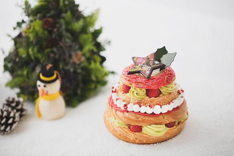<b>アンダーズ 東京/「苺のパリブレスト」</b></br>フランスの伝統的なリング状のシュー菓子「パリブレスト」を、クリスマス仕様に華やかに仕上げたスペシャルな一品。カスタードクリームとアーモンドヌガー、生クリーム、ピスタチオクリームが層になり、それらとフレッシュベリーの酸味が絶妙にマッチ。ピンクとグリーンの華やかな彩りも卓上に映える。3900円(税別)</br> 予約・問い合わせ:</br>アンダーズ東京「ペストリー ショップ」</br> TEL:03−6830-7765(8時〜20時、土・日・祝日10時〜20時)</br>予約期間:12月19日(水)まで</br>販売期間:12月20日(木)〜12月25日(火)</br>