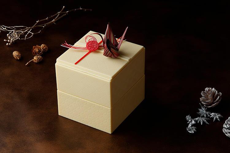 <b>ホテル雅叙園東京/「玉手箱 de Noel」</b></br>おせち?と思いきや、実はなんと、ホワイトチョコレートで覆われた2段の玉手箱型のクリスマスケーキ! 上段には和柄が美しい手毬チョコが大小2つとステッキのチョコレート、ボンボンショコラ(木苺)、天井画ショコラ、2種類のマカロンなどが色とりどりに収められている。下段には、嘉山農園の苺を使用した格子模様のショートケーキが! 箱ごと食べられてしまう、贅沢な一品。3万円、限定10台。サイズ14×14×14cm。</br>予約・問い合わせ:</br>ホテル雅叙園東京内1F PATISSERIE「栞杏1928」</br>予約専用電話番号 TEL:03-5434-5230(10時~20時)</br>予約締め切り:12月16日(日)まで</br>お渡し期間:12月22日(土)〜12月25日(火)</br>