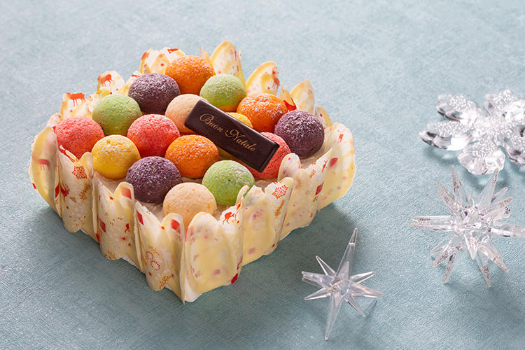 <b>グランド ハイアット 東京/「プロフィットロール」</b></br>苺のショートケーキの上に6種類のプチシュークリームをランダムに並べた見た目にも楽しい一品。色の違うシュークリームには、苺、ピスタチオ、レモン、オレンジ、カシス、バニラのクリームが入っている。多彩な味とカラフルな見た目を楽しめるパーティーにもぴったりの華やかなケーキ。15×15cm、8000円(税別、オンライン限定税別価格7200円) 限定100個</br>予約・問い合わせ:</br>※予約専用ダイヤル(ナビダイヤル有料) TEL:0570-012-025(9時〜22時)</br>※フィオレンティーナペストリーブティック TEL:03-4333-8713 (9時〜22時)</br>オンライン予約: 12月17日(月) 午前11時まで</br>※予約ページURL:<a class='u-link--ex' href='http://www.tokyo.grand.hyatt.co.jp/christmascake-JP' target='_blank'>http://www.tokyo.grand.hyatt.co.jp/christmascake-JP</a> </br>予約締め切り:12月16日(日)まで</br>受け渡し期間:12月20日(木)〜12月25日(火)11時〜21時</br>