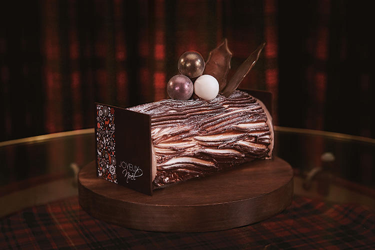 <b>ホテルオークラ東京/「ブッシュ・ド・ノエル・プラリネ」 </b></br>バターをたっぷりと使用した手作りのプラリネクリームは、アーモンドとヘーゼルナッツの香りをまとった軽やかな味。ふわふわのロールケーキ生地と相性抜群のホテルオークラ伝統のクリスマスケーキ。長さ15cm、5400円(税込)限定150個 ※要予約</br>予約・問い合わせ:</br>シェフズガーデン カメリア(1階)</br>TEL:03-3224-6654(6時30分〜0時)</br>予約受付時間:9時〜21時</br>お渡し日:12月20日(木)〜25日(火)12時〜21時</br>予約締切日:お渡し日の2日前まで</br>