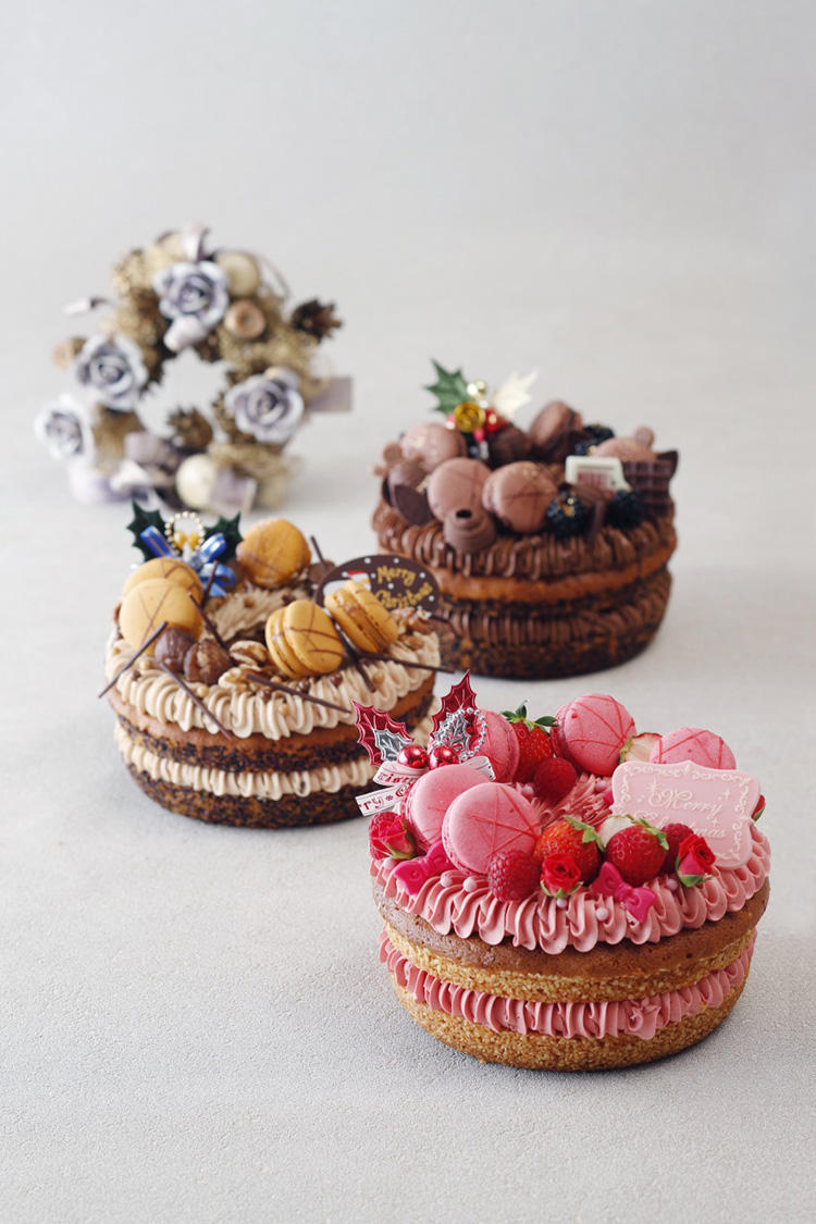 <b>ウェスティンホテル東京/「リースケーキコレクション」 </b></br>リースのかたちをしたクリスマスケーキ。しっとりとしたバターケーキにそれぞれのクリームをサンド。華やかで可愛らしい見た目で、女子ウケも期待大! 手前:ラズベリー風味のクリームをサンドし、赤いベリー、ラズベリーマカロンで仕上げた「ルージュ」。中:マロンクリームをサンドし、栗、キャラメルマカロンで仕上げた「マロン」。奥:チョコレートクリームをサンドし、ブラックベリー、チョコレートマカロンで仕上げた「ショコラ」。直径18cm、各7600円(税別) </br>予約・問い合わせ:</br>「ウェスティン デリ」1階ペストリーブティック TEL: 03-5423-7778 (8時30分〜21時)</br>予約締め切り:12 月14 日(金) (18:00 までの必着)</br>お引渡し期間:2018 年12 月20 日(木)〜12 月25 日(火)(11時〜21時)</br>
