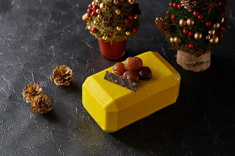 <b>シャングリ・ラ ホテル 東京/「モンブラン・ドール」 </b></br>クリスマスケーキの中では意外性のあるインゴッド(金塊)のような斬新なカラーリングのこのケーキ、実はモンブランなのです! 甘さ控えめな和栗をふんだんに使い、マロンムースの中には、パリパリした食感が楽しいビスキュイショコラをベースに、小さくカットしたマロングラッセのほか、渋皮マロンのダイス、ウイスキーの香り豊かなブリュレ、そして栗との相性抜群なカシスのゼリーが層になっている。それぞれの特徴が絶妙に合わさり、深みが増した贅沢なモンブランは、栗の美味しさも存分に堪能できる。コニャックなど香りのあるお酒と合わせるのもオススメ。17×10cm、6800円(税込)  </br>予約・問い合わせ:</br>オンラインブティック またはシャングリ・ラ ホテル 東京 1階「ブティック by シャングリ・ラ」</br>  TEL03-6739-7888</br>お渡し日:12月15日(土)〜12月25日(火)11時〜20時</br>予約締切日:お渡し日の2日前まで</br>