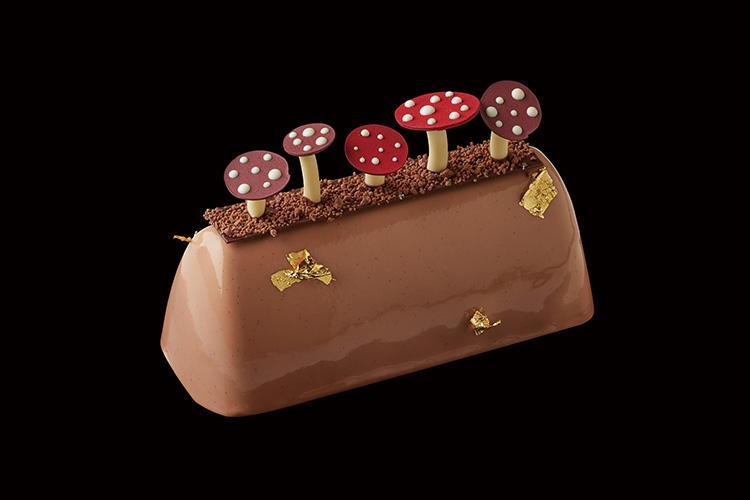 <b>ザ・リッツ・カールトン 東京/「カシスマロンケーキ」 </b></br>濃厚でなめらかなマロンムースと、香り高いマロンクリームが、カシスコンポートの酸味を引き立て、大人の味わいのケーキに。ミルクチョコレートでグラサージュし、チョコレートで作られたキノコのデコレーションがなんとも可愛らしい。高さ7〜8cm、直径約20cm、 7000円(税別) ※限定50個、要予約</br>予約・問い合わせ:</br>ザ・リッツ・カールトン カフェ&デリ </br>TEL:03-6434-8711</br>予約受付:12月14日(金)まで</br>販売期間:12月21日(金)〜25日(火)</br>