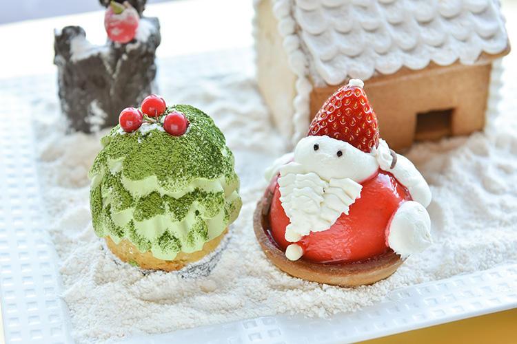 <b>ホテル椿山荘東京/「もみの木」「サンタクロース」</b></br>聖なる夜を彩るクリスマスツリーに見立て「もみの木」は、グリーンの部分に滑らかな抹茶ク リームを使用。ケーキの土台には、クリームと相性のよいナッツと栗を忍ばせていいる。可愛らしい小さな「サンタクロース」は、りんごのムースの 中に、角切りにしたリンゴをとじ込めた一品。爽やかなムースとリンゴのシャリシャリとした食感のハ ーモニーが魅力。ほのかなシナモンスパイスの香りとともに、甘酸っぱい味わいが広がる。食後のちょっとしたデザートや、小さなお子様向けにも喜ばれそうなミニケーキ。手土産にもgood!もみの木550円、サンタクロース600円(各税別)。</br>予約・問い合わせ:</br>ホテル椿山荘東京「ペストリー&チーズショップ」</br>TEL:03-3943-7613(8時〜21時)</br>期間:12月25日(火)まで</br>