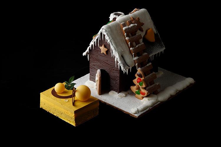 <b>パレスホテル東京/「ヘクセンハウス」</b></br>童話の世界から飛び出してきたかのような可愛らしい見た目のお菓子の家。パッションフルーツの酸味がアクセントとなったチョコレートケーキが隠れている。 23×23×18cm。8000円</br>予約・問い合わせ:</br>パレスホテル東京 ペストリーショップ「スイーツ&デリ」</br>TEL:03−3211−5320(10時〜20時)</br>予約受付:購入日の3日前まで</br>販売期間:12月19日(水)〜25日(火)</br>