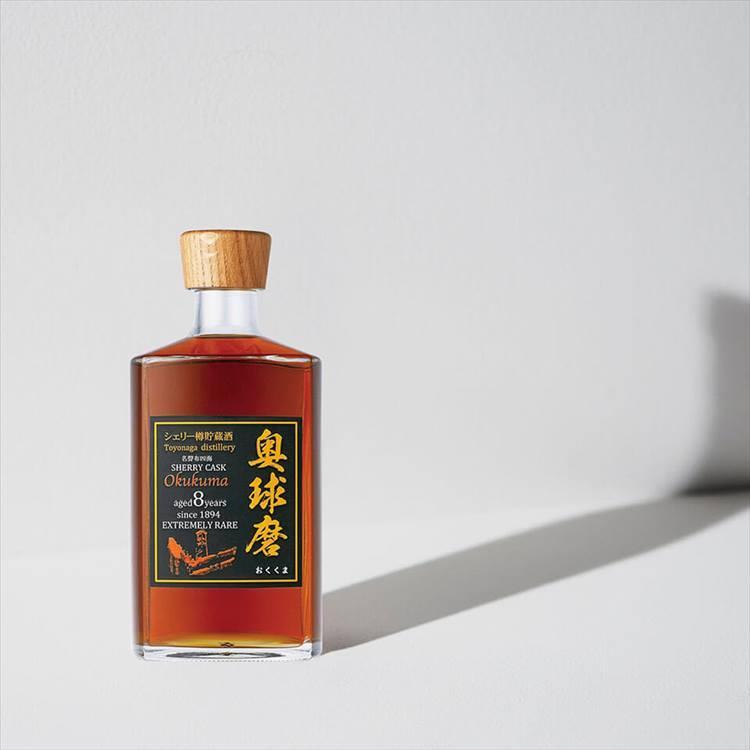 <b>豊永酒造の奥球磨 黒</b><br />まるでウイスキーのような美しい琥珀色をした、お米を原料とした焼酎「奥球磨 黒」。米の味わいをストレートに引き出す熊本焼酎酵母で発酵させ、シェリー樽で8年もの長期間熟成させた古酒。3240円(税込)<br />「年末のためにとっておきのお酒を探している方におすすめ。シェリー樽独特の芳香とまろやかな甘みは、きっと焼酎のイメージを覆すはずです」(粋の座/和酒バイヤー 金子朋広さん)