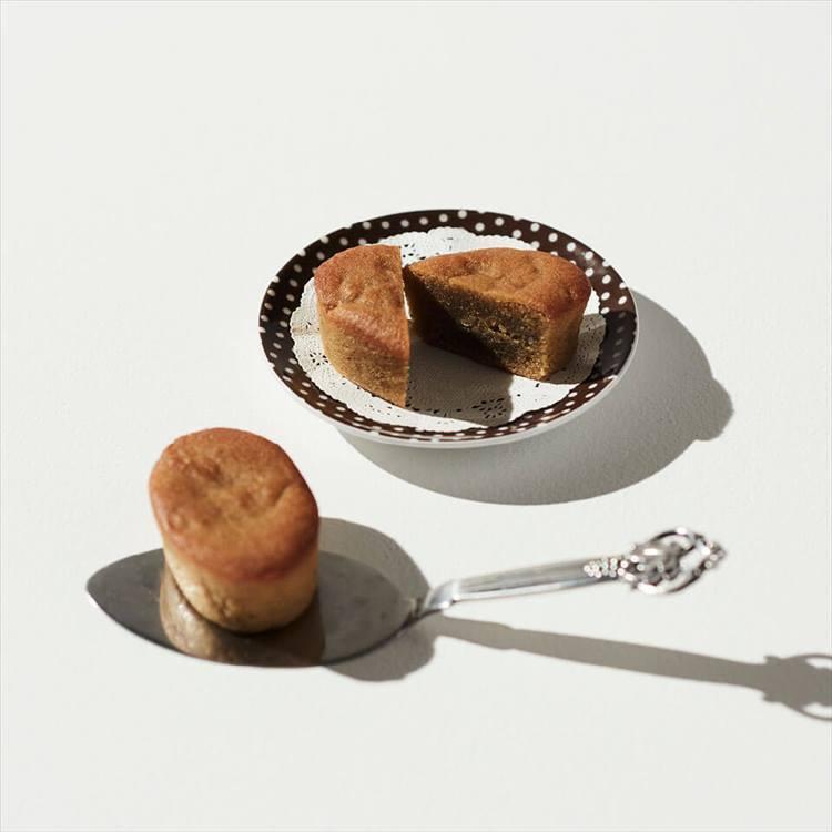 <b>ル サロン ジャック・ボリー ラ・ブティックのケーク オ マロン</b><br />小麦粉を一切使わず、香り高いアーモンドプードルを混ぜ込んだ生地に厳選したヨーロッパ産の栗をしのばせ、しっとりと焼きあげた一品。3240円(税込)<br />「伊勢丹新宿店のカフェ キュイジーヌ、ル サロン ジャック・ボリーのオープン時から人気を集めるスイーツだけに、「一度は食べてみたい」という方は多いのでは。」(カフェ エ シュクレアシスタントバイヤー 浅見圭樹さん)