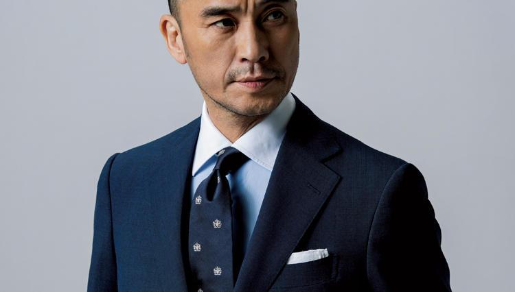 無地スーツも知的な佇まいに見せるのは、こんなネクタイ!