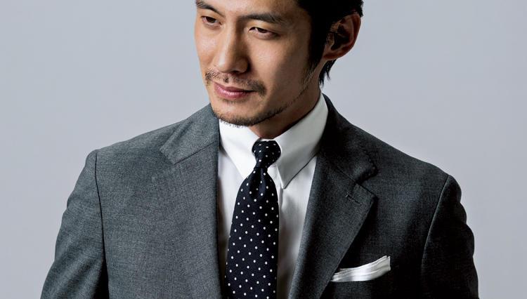 「黒ベースのネクタイ」が、スーツの胸元にもたらす効果とはーー?