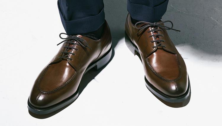 「Uチップの革靴」がスーツの足元のハズシに効く理由