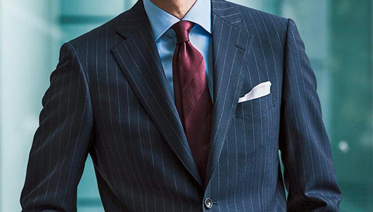紺スーツ×無地シャツをさらに洒脱に見せるのは、こんなネクタイ!