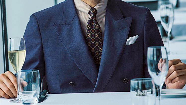 ダブルブレストの狭い胸元には、どんなネクタイがキマる?