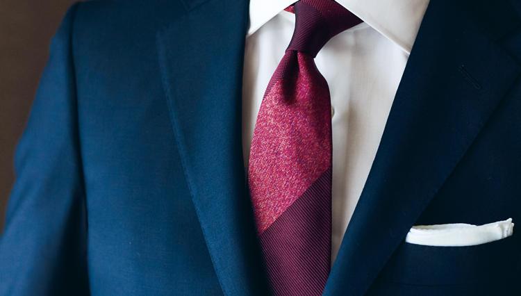 いつものスーツの胸元に「奥行き」が生まれるのはこんな素材のネクタイ!