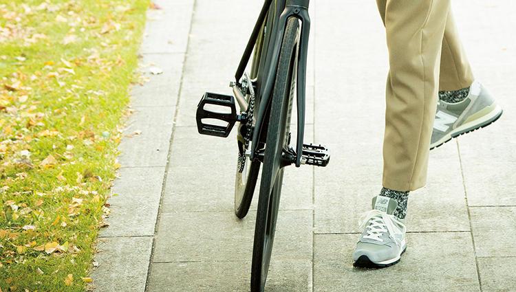 アーシーなカラーに映えるのは「ニューバランス」のグレースニーカー【新時代・3足の勝ち靴】