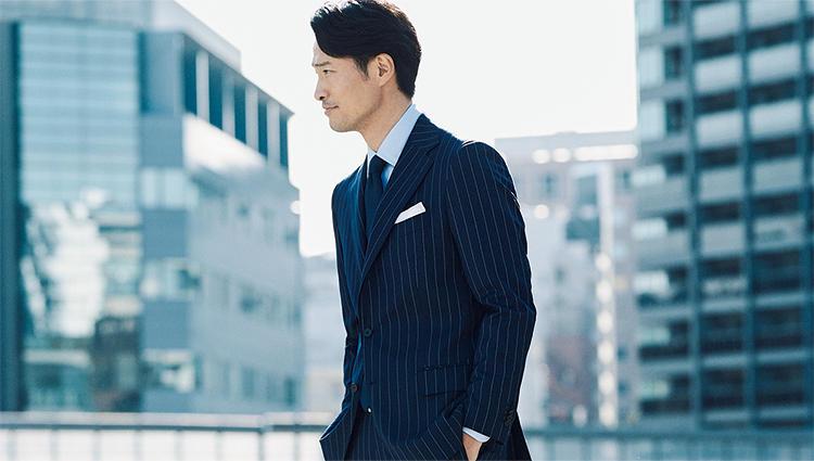 紺スーツで貫禄を出すなら、こんなストライプ柄が◎