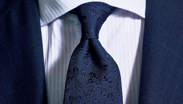 「紺×白」でも見映えするスーツの胸元は「こんな柄使い」!