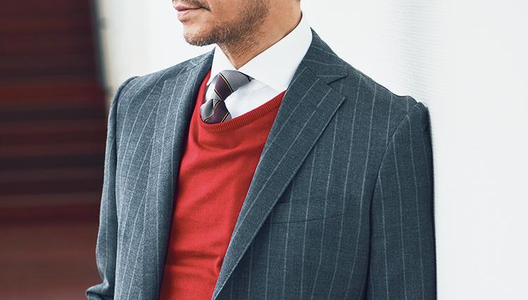 スーツの堅さを和らげ春らしく見せるなら「こんな色のニット」をIN!