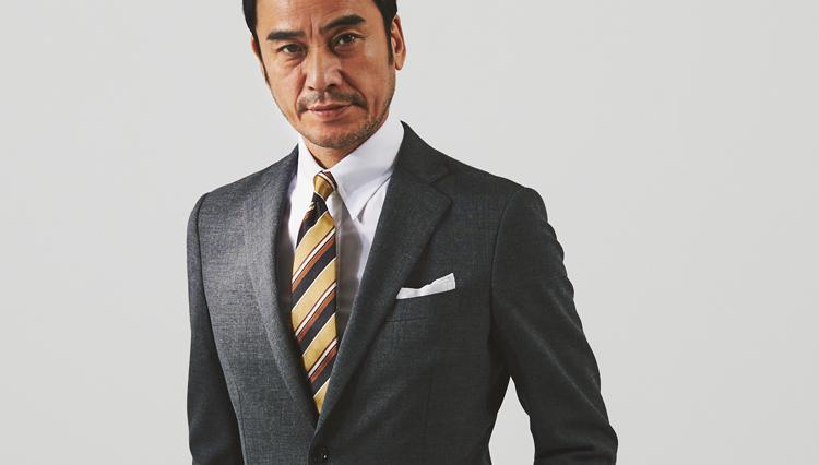 スーツの胸元を「華やぎつつ、引き締める」のはこんなネクタイ!